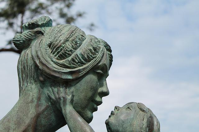 anya és gyermeke szobor, szeretetet sugároz